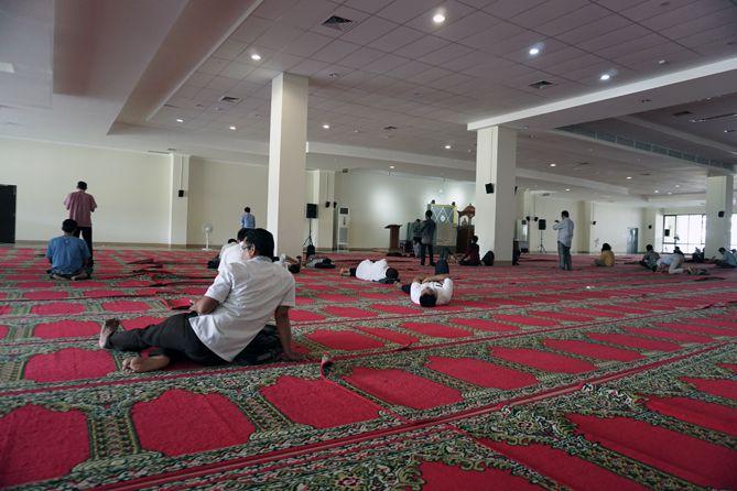 Orang-orang yang salat di Masjid Raya Sumatera Barat
