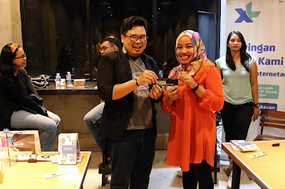 Penyerahan hadiah door prize bedah buku The Best Of India