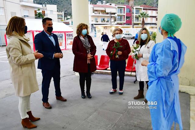 Ο Δήμαρχος Ναυπλιέων πρόσφερε λουλούδια στις μαχήτριες της πρώτης γραμμής του Νοσοκομείου Ναυπλίου