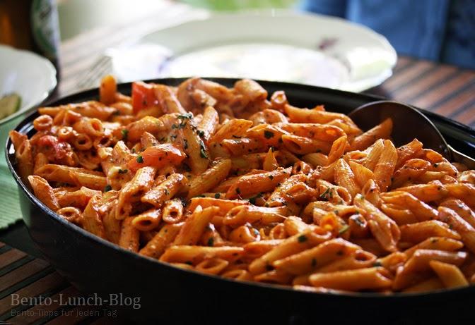 bento lunch blog rezept tomaten mozzarella pasta mit basilikum und ei. Black Bedroom Furniture Sets. Home Design Ideas