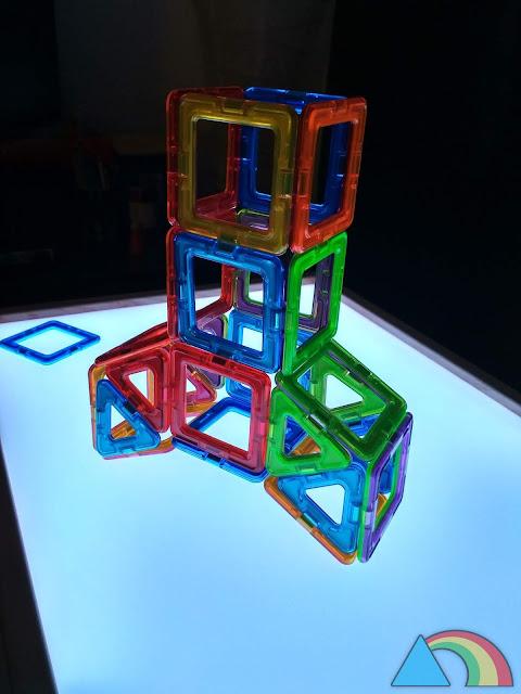 Construcción con Magformers sobre mesa de luz