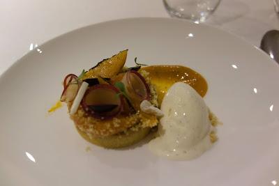 Pêche, tarte tiède à la frangipane et glace vanille restaurant Pleine Terre Paris.