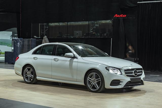 Phiên bản cao cấp hơn là Mercedes-Benz E350 AMG, thay thế vị trí của Mercedes E300 AMG trước đây. Mặc dù không mang dòng chữ Sport, Mercedes E350 AMG trông hầm hố hơn hẳn Mercedes E200 Sport nhờ gói trang bị AMG