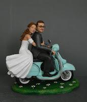 Cake toppre vespa sposi personalizzati prato fiorito orme magiche