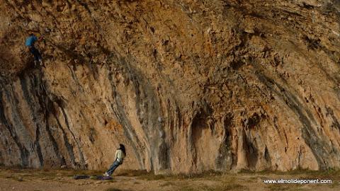 escalando en la cova gran de Santa Linya