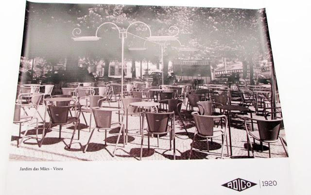 foto antiga das cadeiras portuguesas ADICO numa  esplanada em Viseu