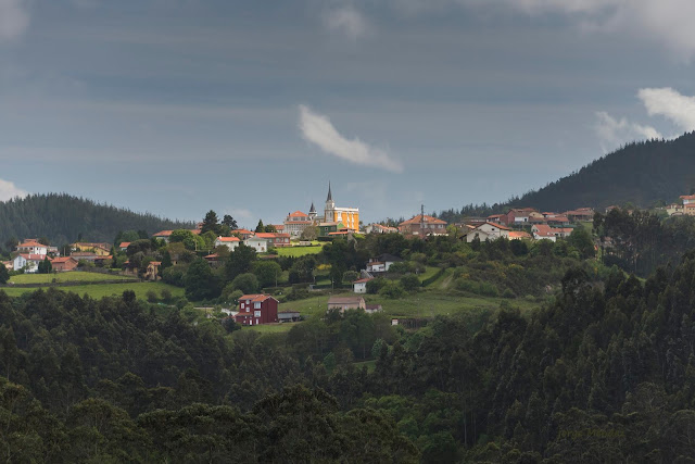 Vista general de Somao, Pravia Asturias. Casa de la Torre o Csa Amarilla
