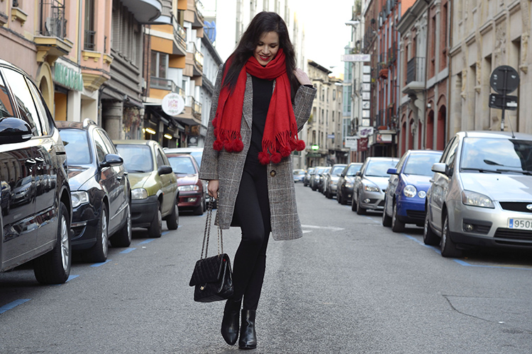 black-look-oversize-coat-red-scarf-pompon-trends-gallery-look-outfit