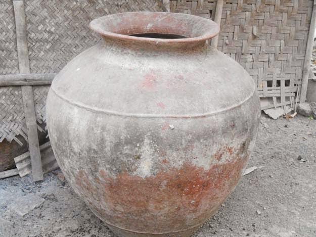 gentong-gerabah-alat-dapur-tradisional-untuk-menyimpan-air