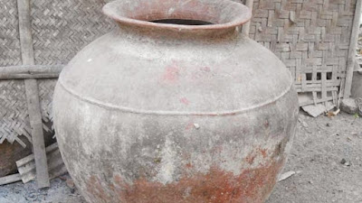 Gentong Gerabah Alat Dapur Tradisional untuk Menyimpan Air yang Kini Berubah Fungsi