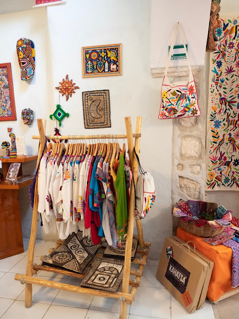 Interior de tiensa con ropa y artesanías mexicanas