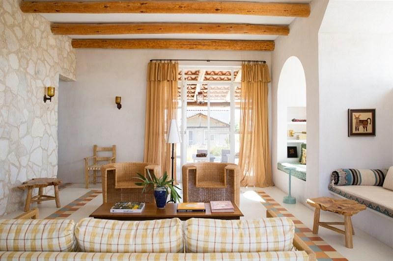 Salón amplio de casa de vacaciones
