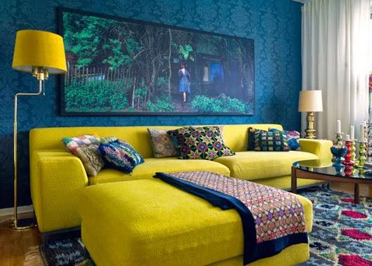 sala decorada sofá amarillo