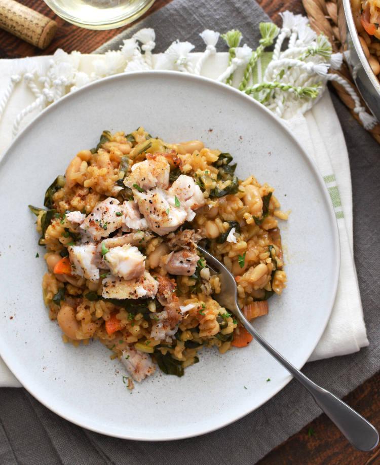 Arroz cremoso con acelgas, judías y zanahorias servido con pescado