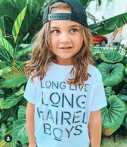 Seorang Ibu di Instagram marah karena algoritme selalu menghapus foto Bertelanjang Dada  putra mereka dengan rambut panjang.