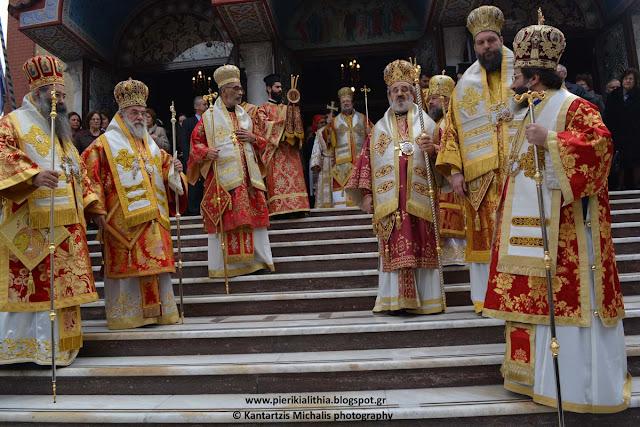 Η λιτάνευση της Ιεράς Εικόνας της Παναγίας της Πέτρας, του Ιερού Λειψάνου και της Εικόνας της Αγίας Αικατερίνης στην Κατερίνη. (ΦΩΤΟ)