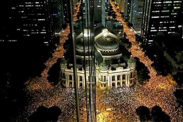 A imagem mostra multidões nas principais ruas e avenidas do centro do Rio de Janeiro.