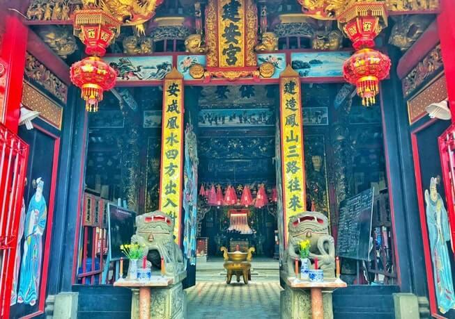 Trước cửa chùa Kiến An Cung có tượng đá xanh hai con kỳ lân to lớn