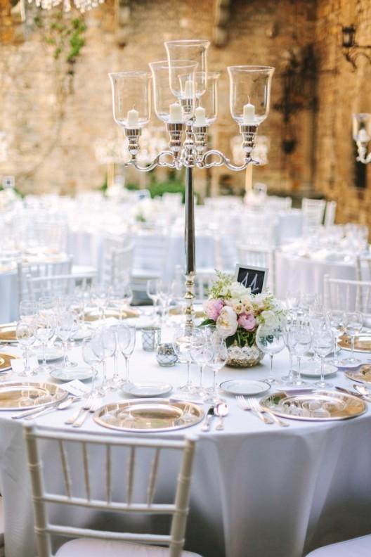 candelabro alto de plata con velas para boda chicanddeco
