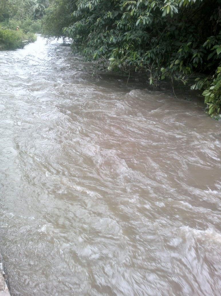 Sungai Cieunteung nampak meluap.