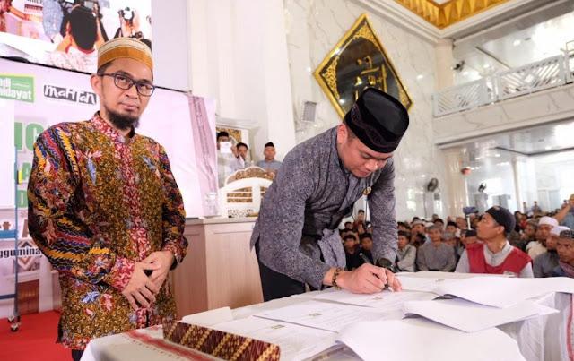 Pemkab Gowa - Ustadz Adi Hidayat Teken Kerjasama Program Satu Hafidz Satu Desa