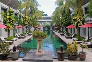Kolam renang hotel The Oasis Kuta Bali
