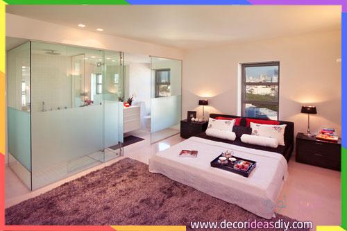 غرفة نوم تتوفر على حمام مفصلة بينهما بزجاج شفاف
