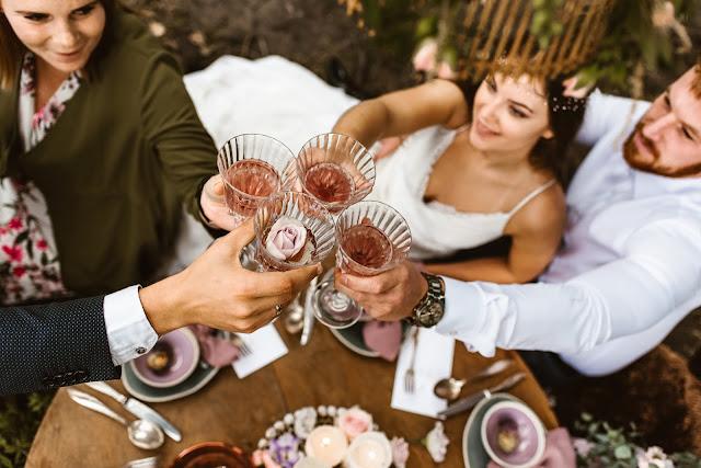 Stylizowana sesja zdjęciowa, Młoda Para w łodzi przystrojonej kwiatami, sesja zdjęciowa, romantyczny rejs, podróż poślubna, sesja ślubna, małżeństwo, talk about love, suknia ślubna, bukiet ślubny, pierścionek z kamieniem, pierścionek zaręczynowy, śliwki, fiolet, motyw przewodni, kolor przewodni, fioletowe wesele, lawendowe wesele, lawenda, śliwkowy, fiolet, stół, kieliszki, wino, tort, toast, spotkanie z bliskimi, świętowanie