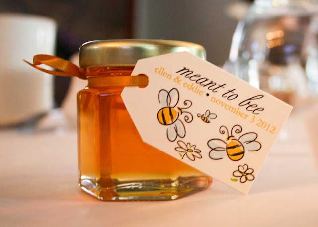 Un frasco de miel es uno de los mejores regalos naturales para tus invitados - Foto: www.pideasweddings.xyz