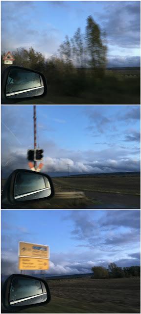 Im Rückspiegel das Auto, Hinweisschilder am Wegesrand