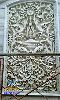 Relief untuk hiasan tempel pada dinding dibuat dari batu alam jogja motif gambar ukiran klasik atau ukiran jawa