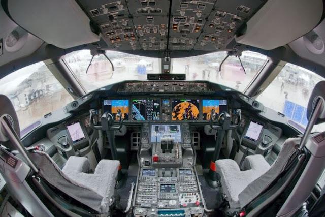 Boeing 787-8 Dreamliner Cockpit