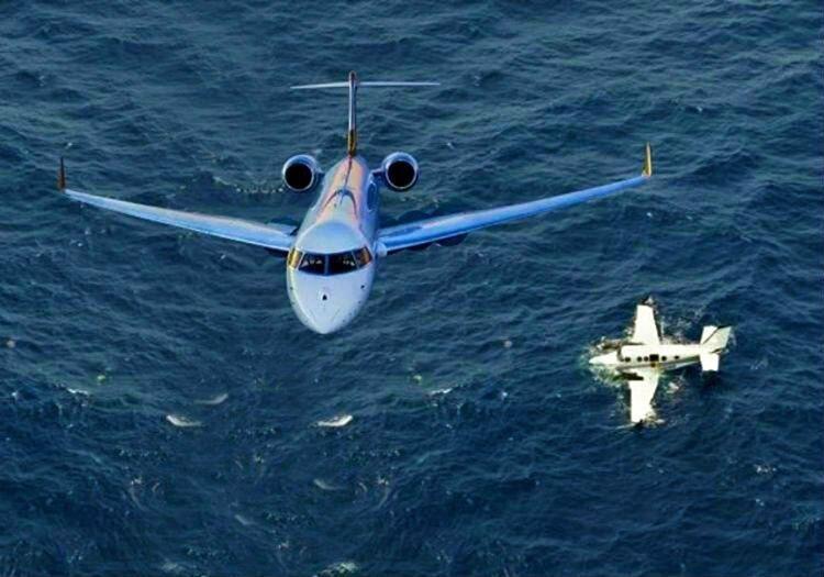 Okyanusa düşen uçak kısa sürede bulundu ama hava şartları nedeniyle pilotuna ulaşılamadı.