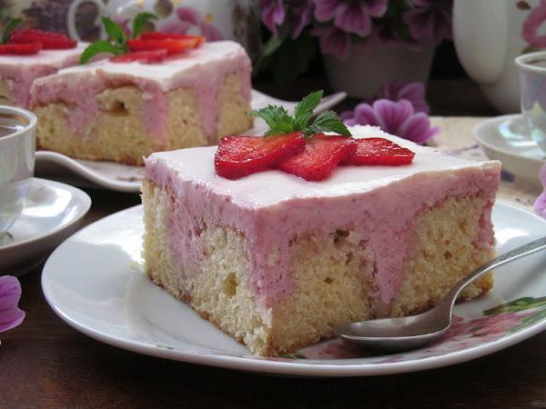 """""""Дырявый"""" пирог с творожно-клубничной начинкой"""