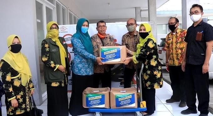 Ketua Jabar Bergerak Kab. Subang Serahkan Bansos Provinsi Jabar