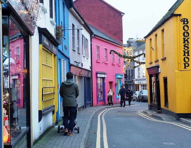 Kinsale, irlanti, etelä irlanti, cork, varikkaat talot, soma pikkukaupunki irlannissa, keltainen talo, pinkki talo, vari-iloittelua