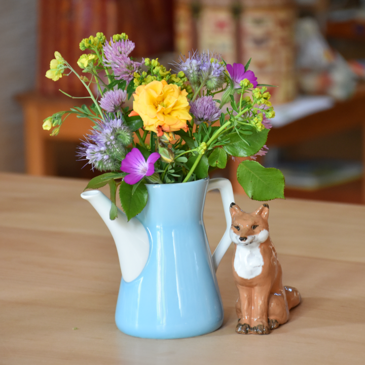 Gartenblumen-Strauß in der Kaffeekanne