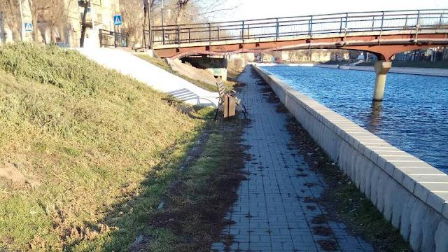 Мусор на набережной у Михайловского