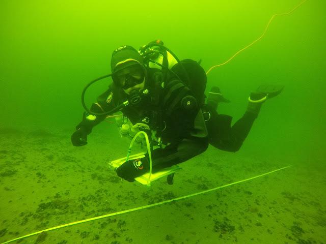 Sukeltaja veden alla sukelluslinjan vieressä