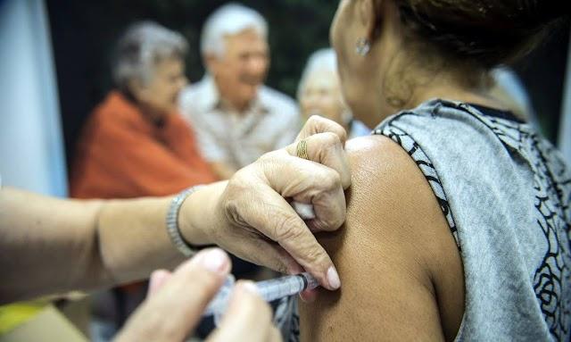 Covid-19: senadores criam projetos para punir quem furar fila da vacina