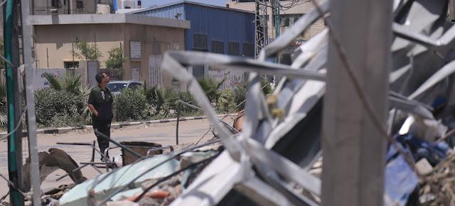 Una persona observa los destrozos causados por los bombardeos israelíes en Gaza.UNOCHA/Samar Elouf