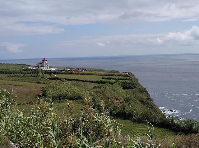 Farol da Ponta da Ferraria en Sao Miguel (Açores) desde el Mirador de Isla Sabrina