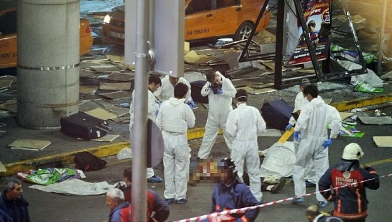 Petugas mengevakuasi korban tewas bom bunuh diri di Bandara Ataturk, Istanbul, Turki