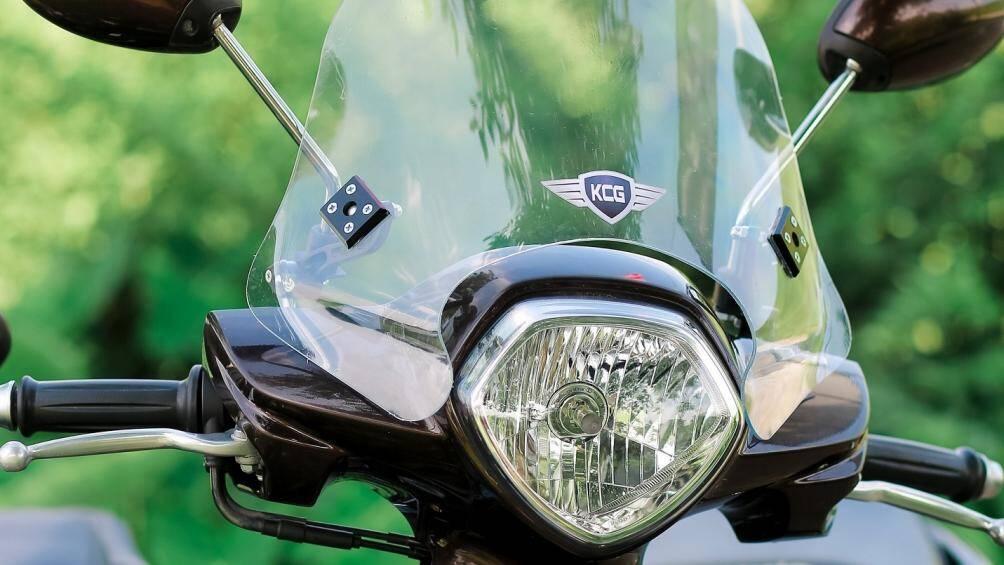 Kính chắn gió xe máy, lợi và hại?