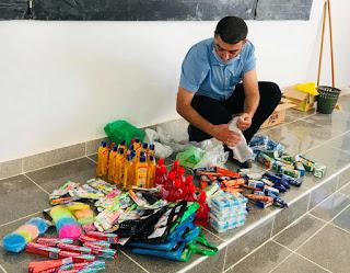 """في بادرة حسنة..الأستاذ """"ميكي ماوس"""" يوزع  أدوات التنظيف و التعقيم والهدايا على تلاميذه"""