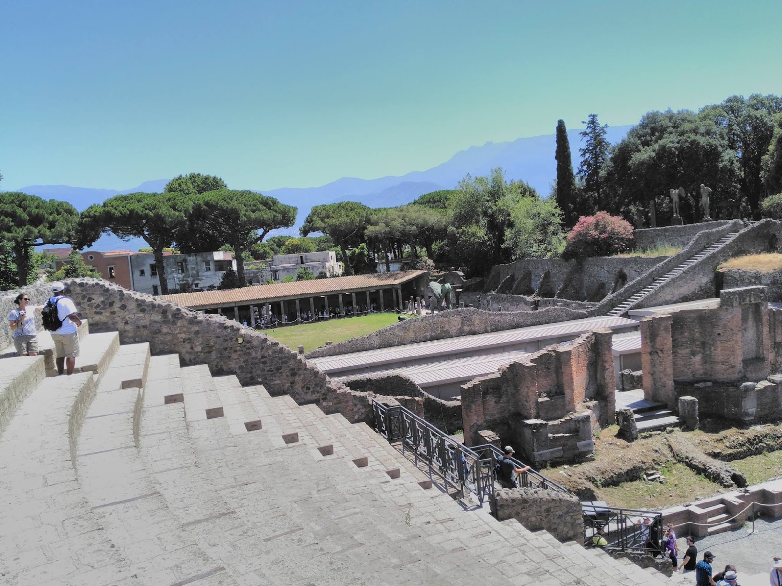 how to get from naples to pompeii by train