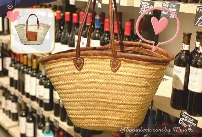 Bolso de Mimbre スペイン定番かごバッグをショッピングバッグとして使う様子