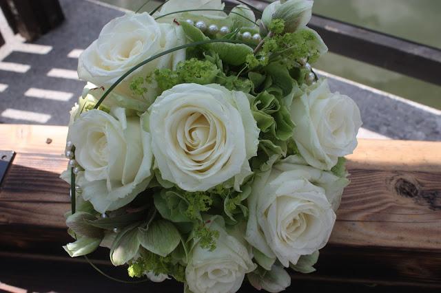Brautstrauß mit weißen Rosen, grünen Hortensien, Gräsern und Perlenkette von Passiflori Penzberg für eine Hochzeit im Riessersee Hotel Garmisch-Partenkirchen - Wedding bouquet in white and green with roses and hydrangeas