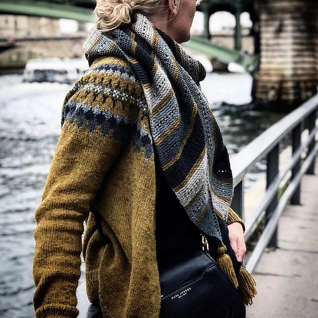 sweter żakardowy z szalem ze wzorem
