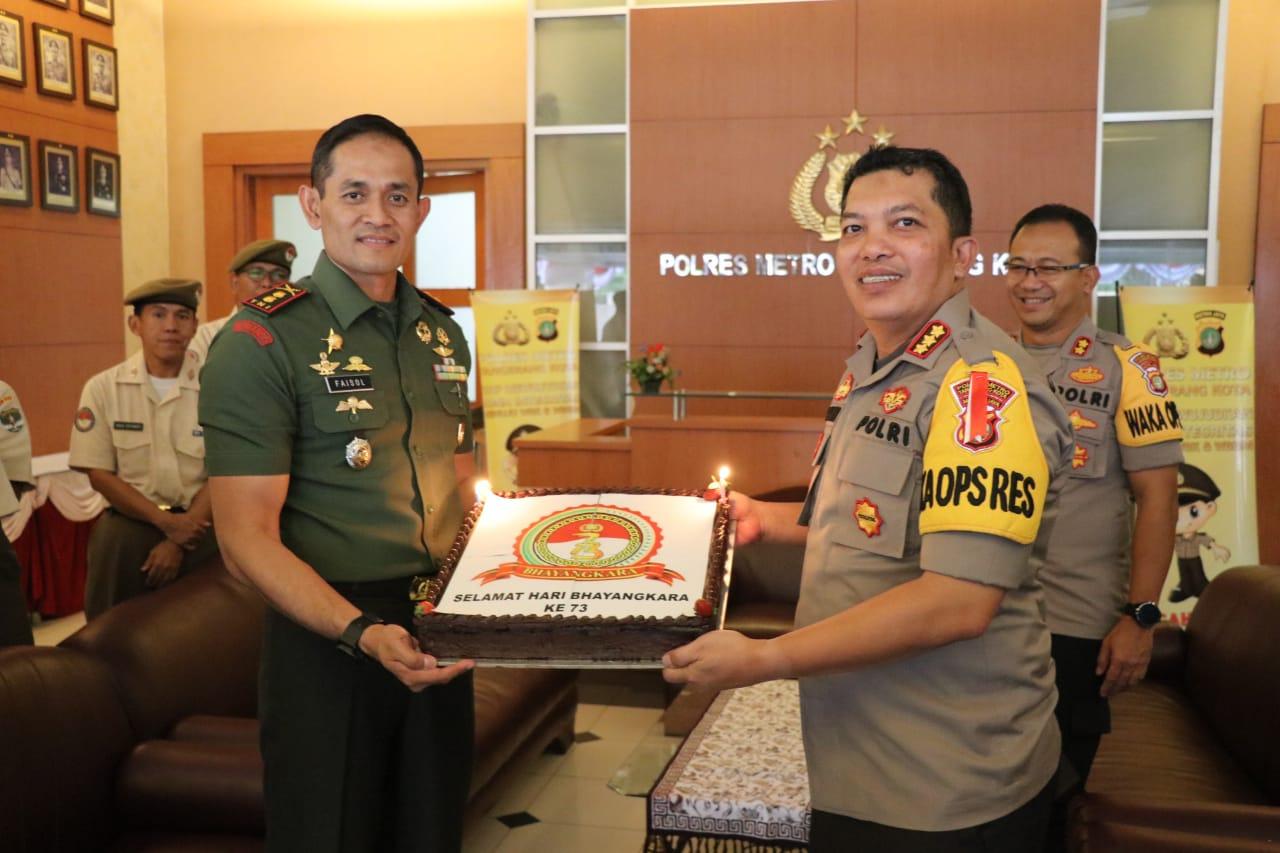 HUT Bhayangkara Ke 73, Dandim 0506 Tangerang  Beri Surprise Kapolres Metro Tangerang Kota